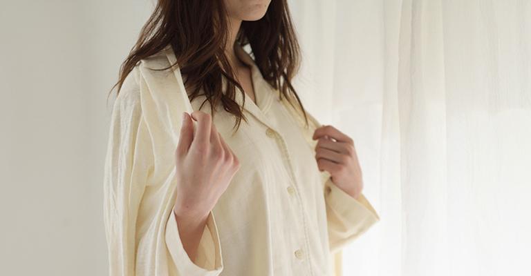 羽織りものと柔らかいタオル